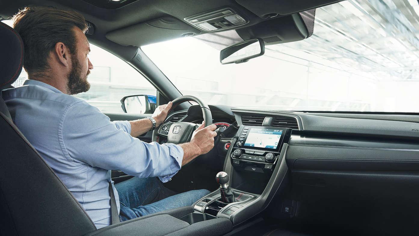 Primer plano de un hombre sentado al volante