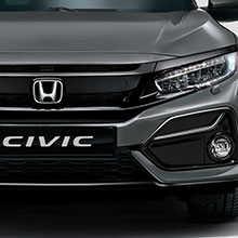 Vista frontal de tres cuartos del Honda Civic circulando por debajo de un puente