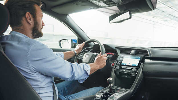 Hombre sentado al volante