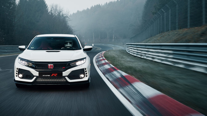 Vista frontal del Honda Civic Type R en circuito.