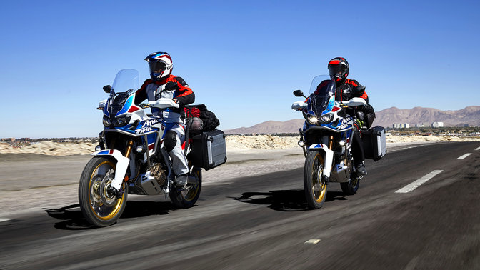 Dos pilotos en las Honda Africa Twin Adventure Sports por la carretera.