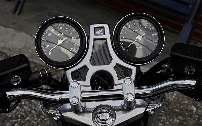 Primer plano de los relojes de la Honda CB1100 RS.