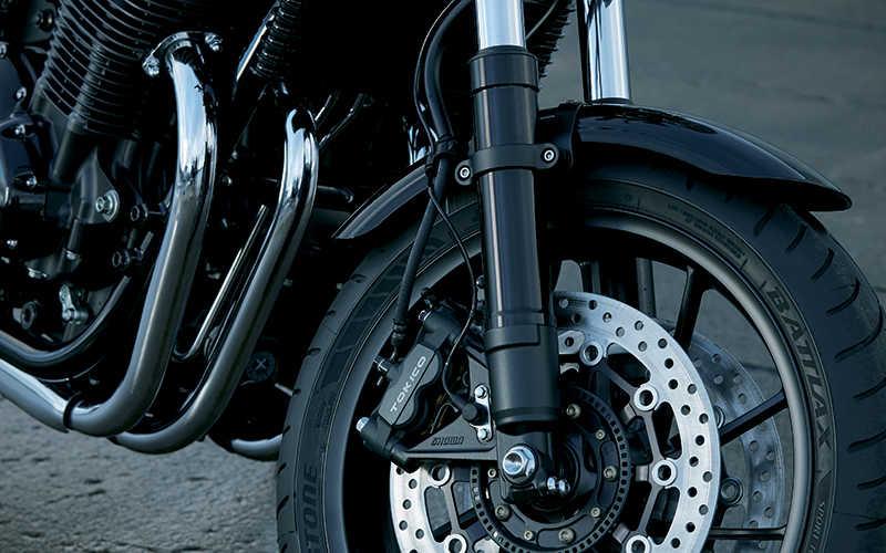 Primer plano de los frenos delanteros de la Honda CB1100 RS.