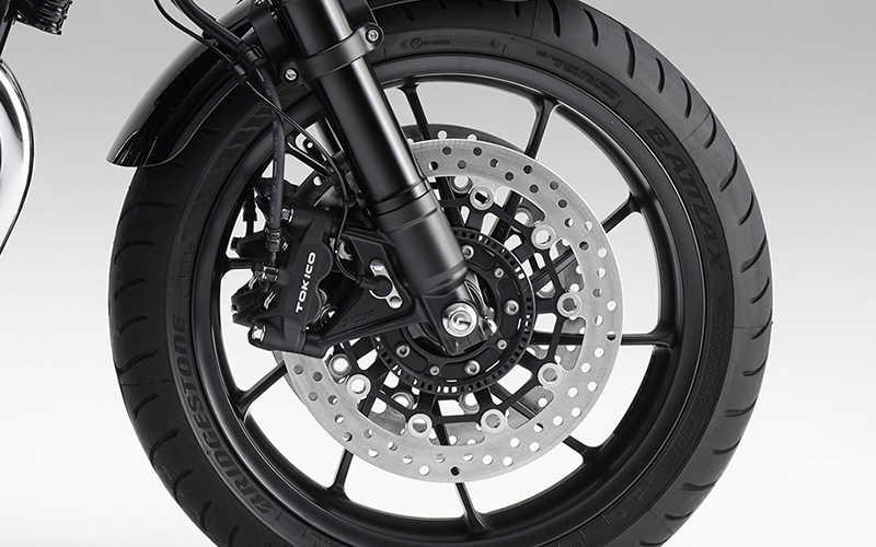 Primer plano de la rueda delantera de la Honda CB1100 RS.