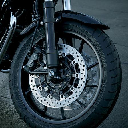 Primer plano de la rueda y los discos de freno de la Honda CB1100 RS.