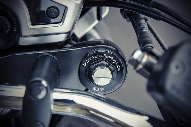 Primer plano de la suspensión delantera de la Honda CB1100 RS.