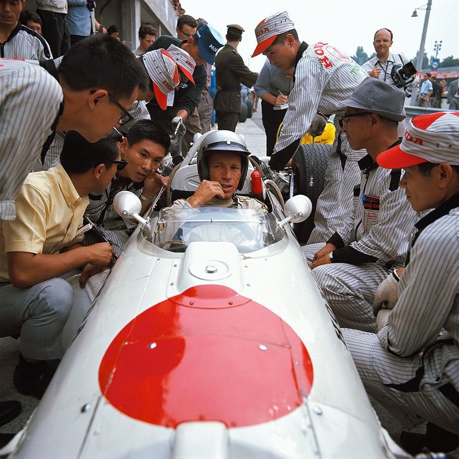 Richie Ginther, un pionero de la F1 en Honda, dando instrucciones a su equipo f1